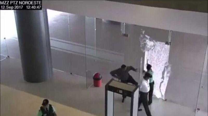 Gonzalina al descubierto.Guardias de seguridad filmados cuando rompian puertas para acusar a estudiantes Dayos_10