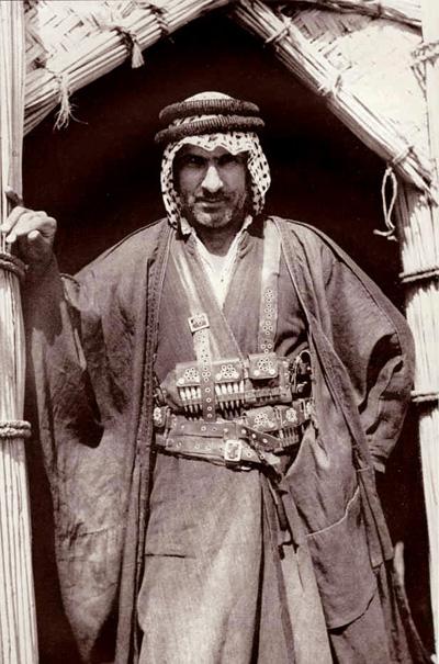 أحد شيوخ عشائر العراق .. يرتدي الزي الرسمي العراقي _au__o10