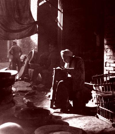 أحد صانعي الأواني في بغداد عام 1923م _eoa_o10