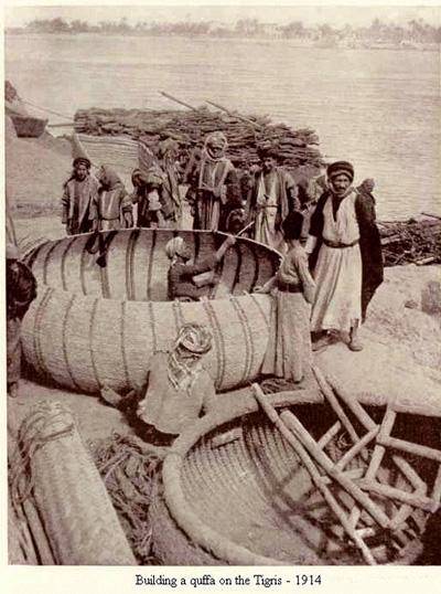القفه وسيلة نقل بين ضفاف نهر دجله عام 1914م Oiiu_u10