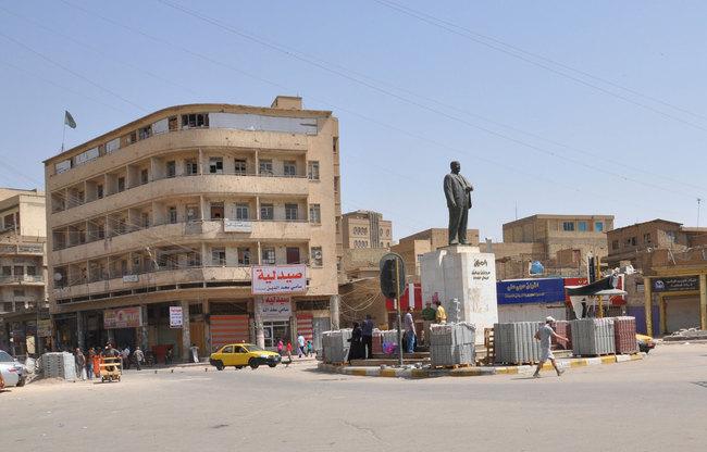 تمثال الشاعر العراقي معروف الرصافي في وسط ساحة الرصافي، إحدى المواقع التراثية في بغداد Oo_o_o13