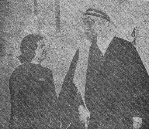 المطربة الكبيرة أم كلثوم عند زيارتها لبغداد والشاعر العراقي معروف الرصافي Oo_oda10