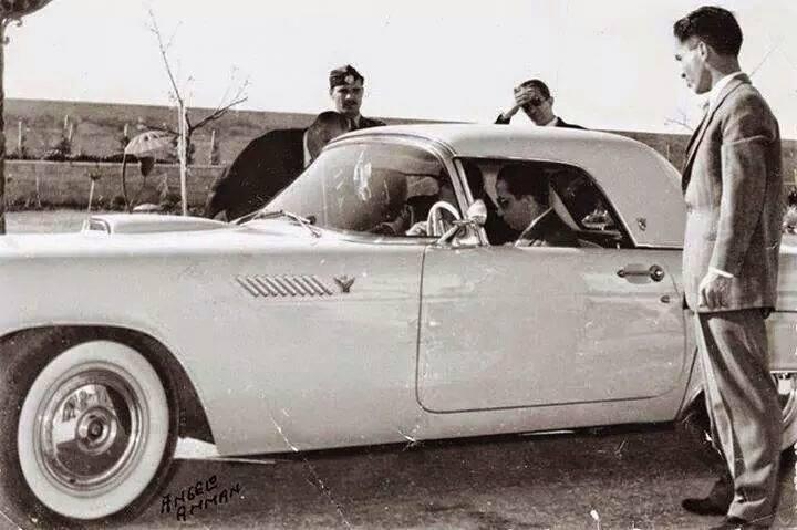 الملك فيصل الثاني والملك حسين يجربون السيارة  1956 Oood_i11