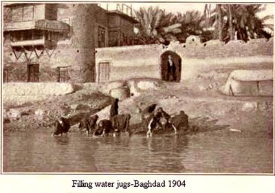 نساء تملئ الدوارق بالماء من النهر وتسمى(المصخنة)عام 1904م Oy_oo_10
