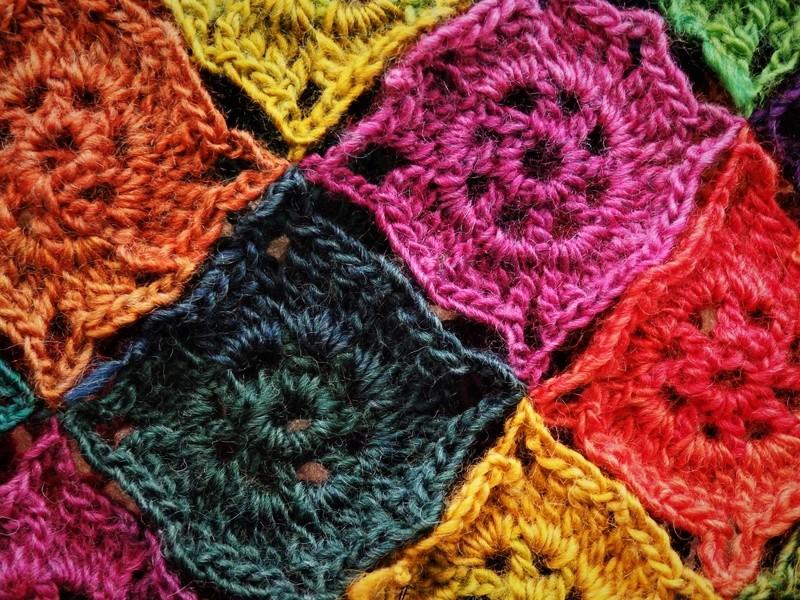 Joyeux poncho en laine colorée.  P3300711