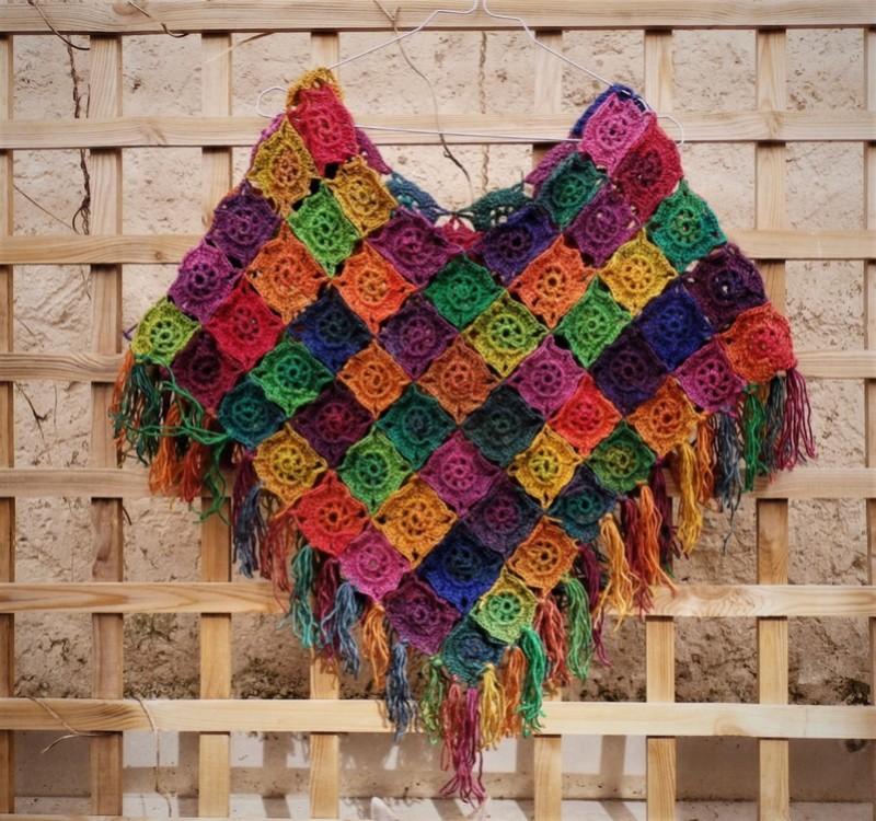 Joyeux poncho en laine colorée.  P3300712