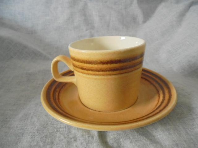 Crown Lynn cup, wine jug and sips, lidded pot Dsc05017