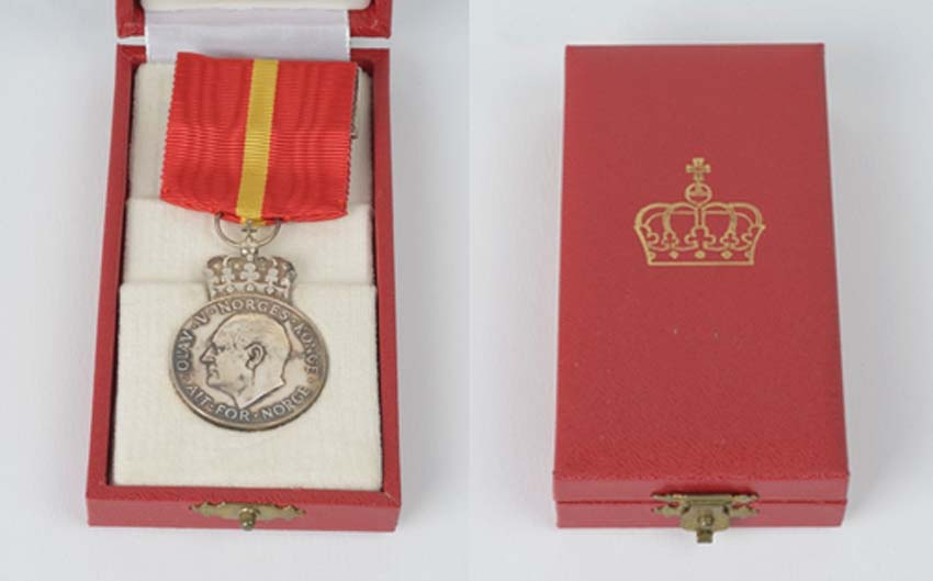 une boîte à médaille en identification au monograme royal de... Sans_212