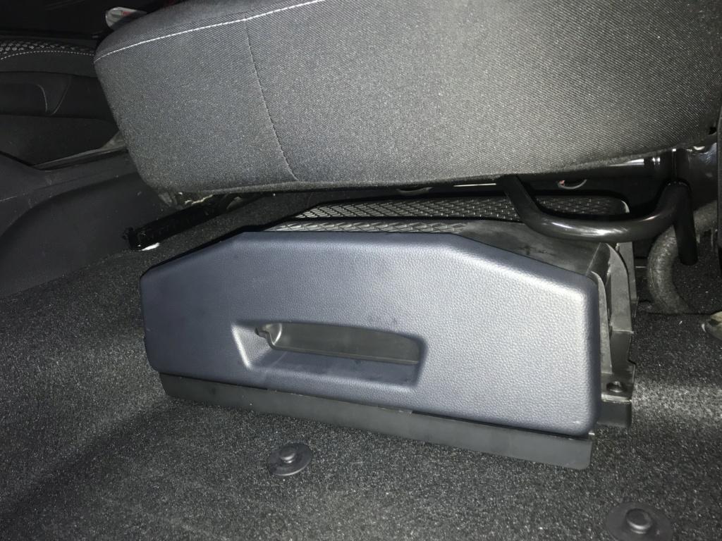 Tiroir de rangement sous le siège conducteur du Duster de 2stair Img_9528