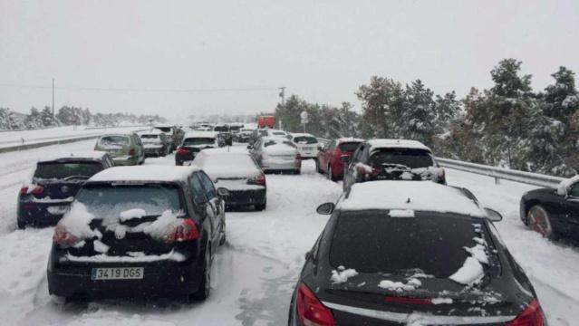 """[EFE] 10 de Enero 2016: """"Nevada en la AP 7 deja a miles de coches en la carretera"""" 24hotr10"""