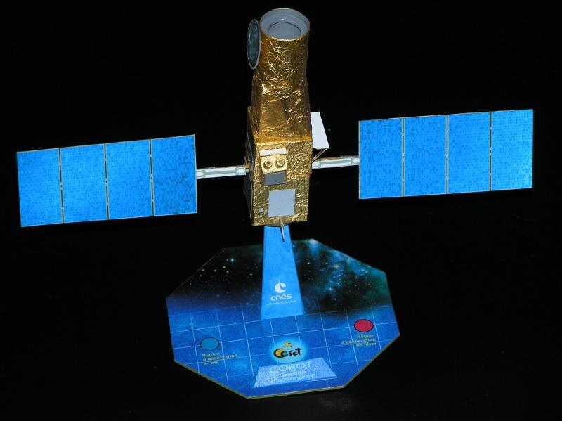 Maquettes du satellite Corot Pa210010
