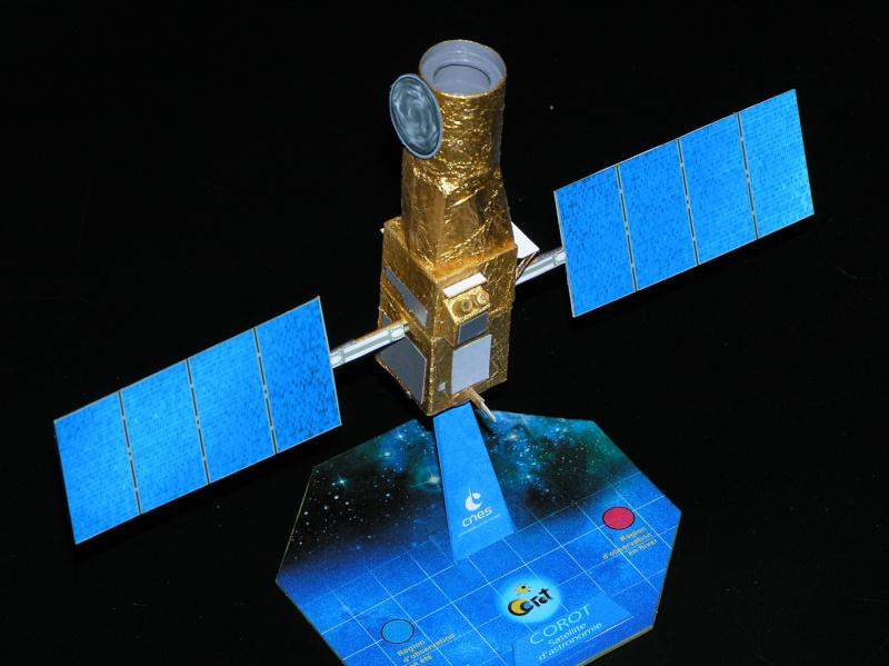 Maquettes du satellite Corot Pa210011