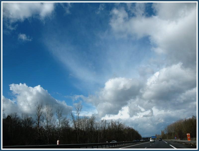 A travers les vitres d'une voiture et nuages Img_1022