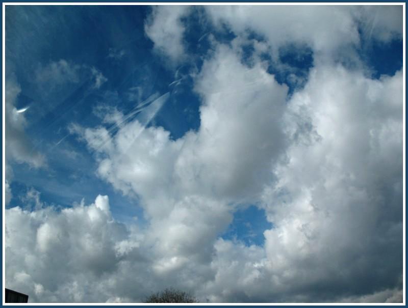 A travers les vitres d'une voiture et nuages Img_1024