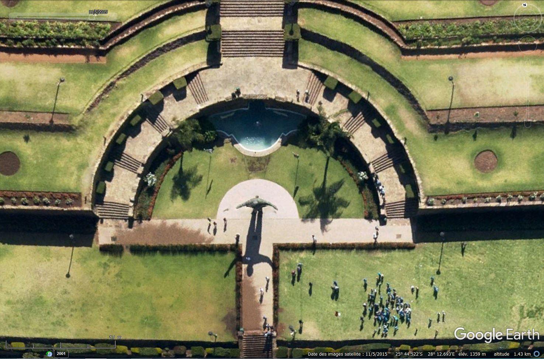 [Désormais visible sur Google-Earth] Statue de Nelson Mandela - Prétoria - Afrique du Sud Tsge_220