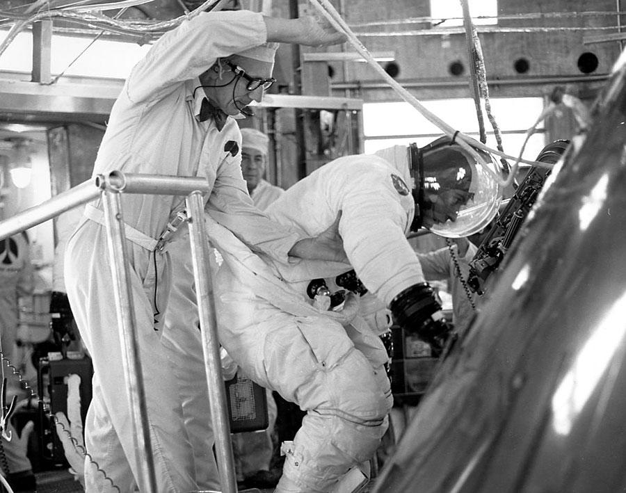 Apollo 16 - La mission - Rares Documents, Photos, et autres ... Young_10