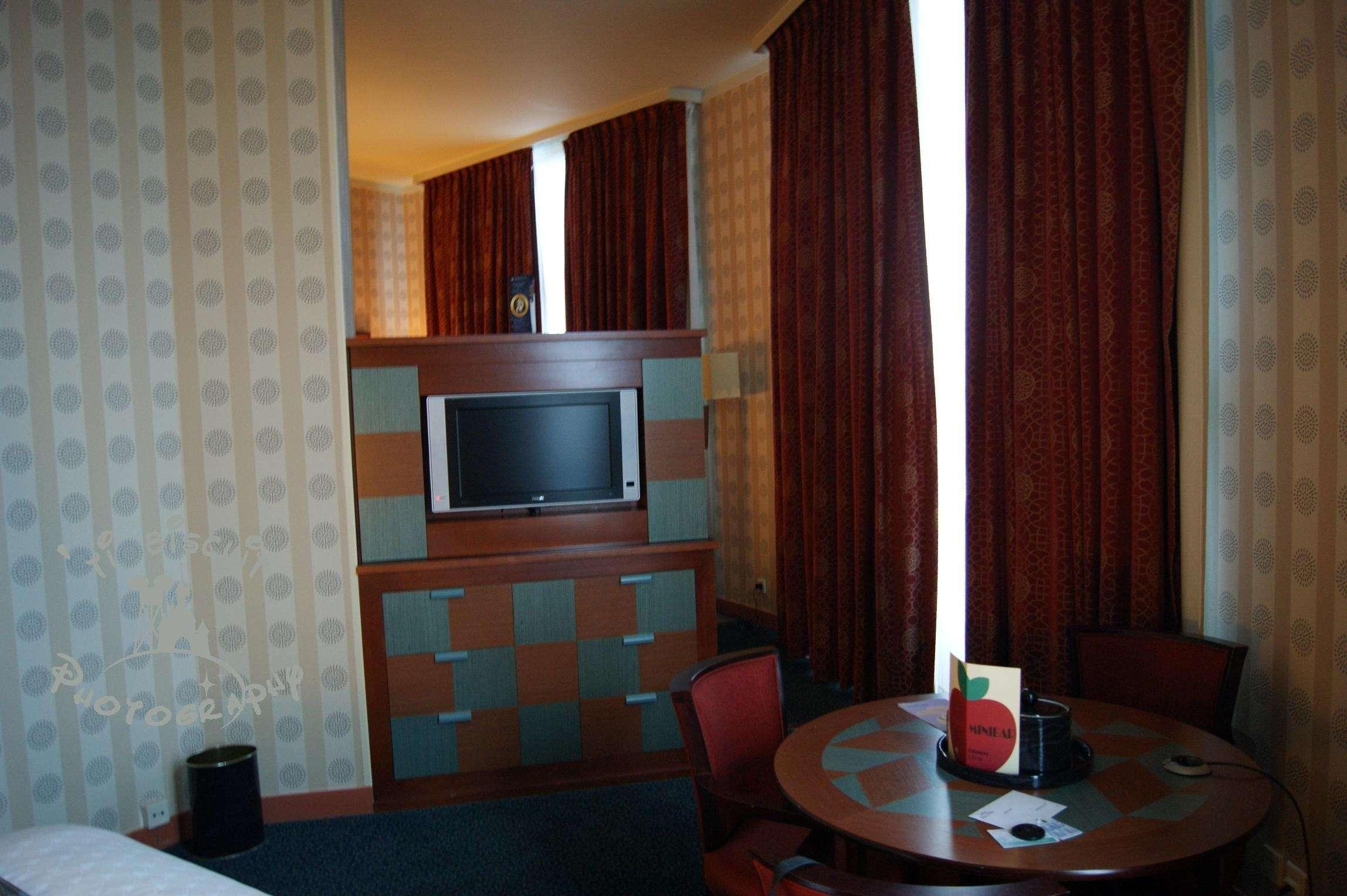 Les suites des Hôtels Disney, le Castle Club et l'Empire State Club. - Page 11 Meuble10