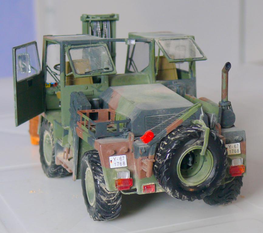 Chariot élévateur Bundeswehr FELDUMSCHLAGGERAT FUG 2,2T de TAKOM au 1/35 ème - Page 2 Chario79