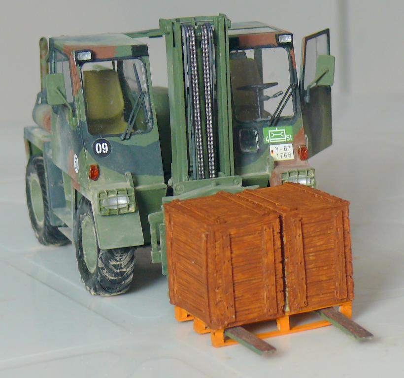 Chariot élévateur Bundeswehr FELDUMSCHLAGGERAT FUG 2,2T de TAKOM au 1/35 ème - Page 2 Chario85