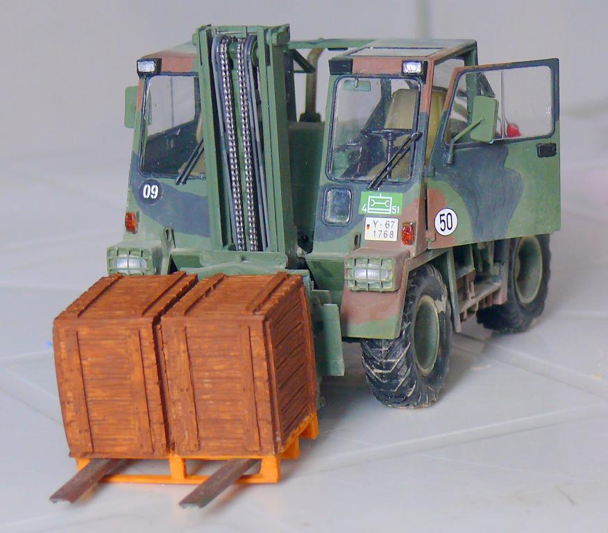 Chariot élévateur Bundeswehr FELDUMSCHLAGGERAT FUG 2,2T de TAKOM au 1/35 ème - Page 2 Chario86