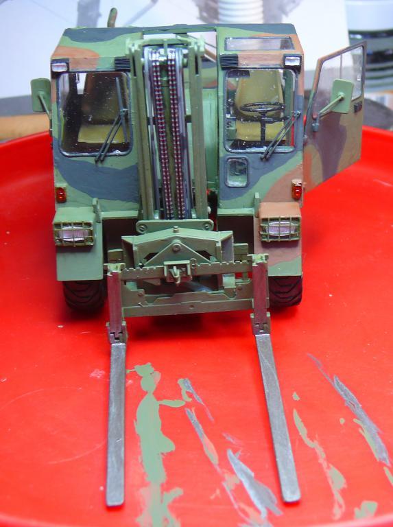 Chariot élévateur Bundeswehr FELDUMSCHLAGGERAT FUG 2,2T de TAKOM au 1/35 ème - Page 2 P1300917