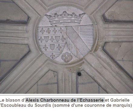 pierre sculptée avec armoiries familles Villeneuve Charbonneau DesNOS de la Gueriniere Charbo10