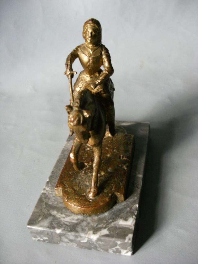 Petite statuette de Jeanne . BRONZE marqué A.F Jeanne10