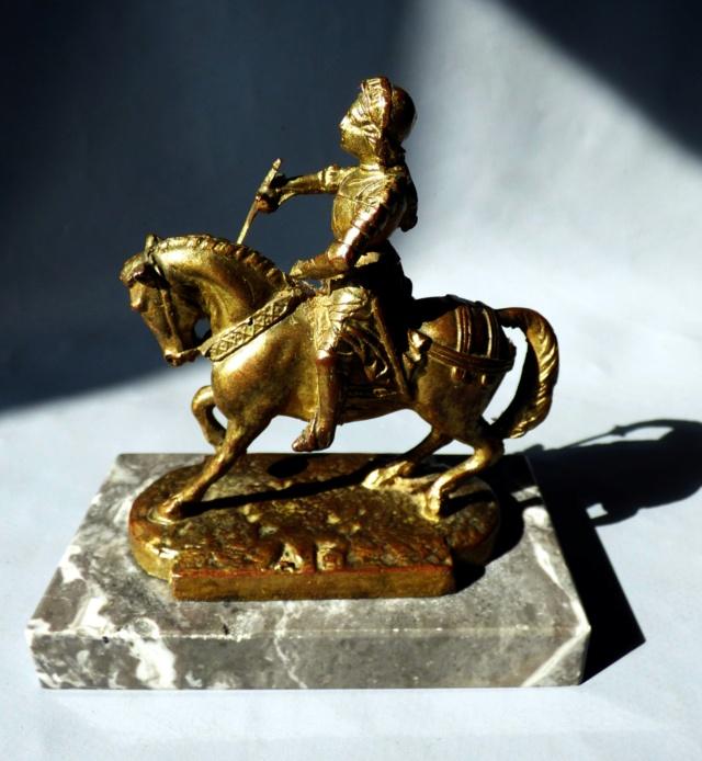 Petite statuette de Jeanne . BRONZE marqué A.F Jeanne12