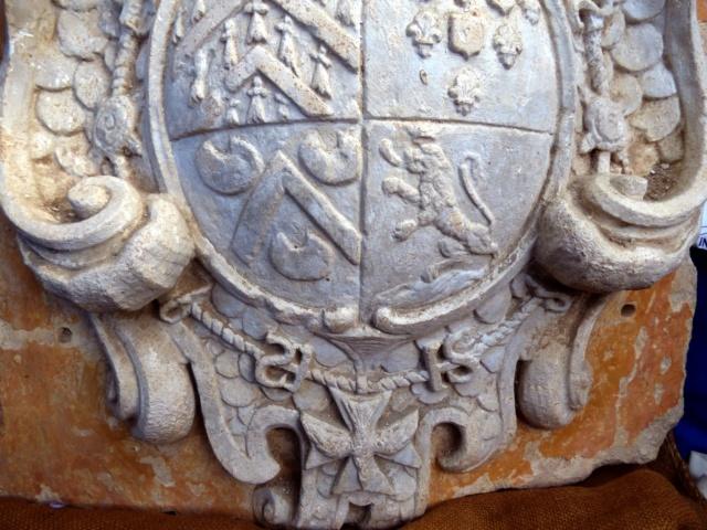 pierre sculptée avec armoiries familles Villeneuve Charbonneau DesNOS de la Gueriniere P1020010