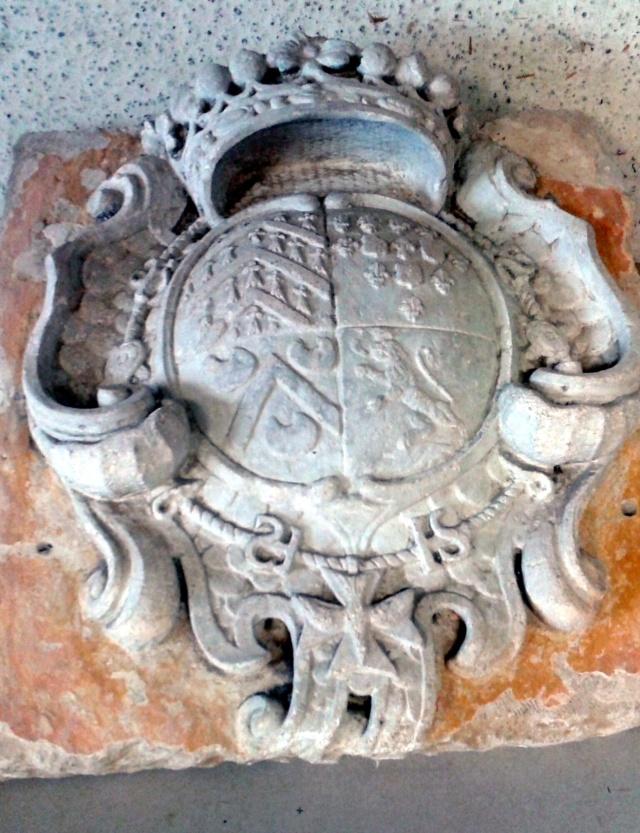 pierre sculptée avec armoiries familles Villeneuve Charbonneau DesNOS de la Gueriniere Pierre10