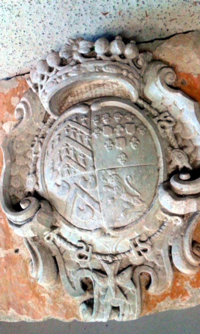 pierre sculptée avec armoiries familles Villeneuve Charbonneau DesNOS de la Gueriniere Pierre11