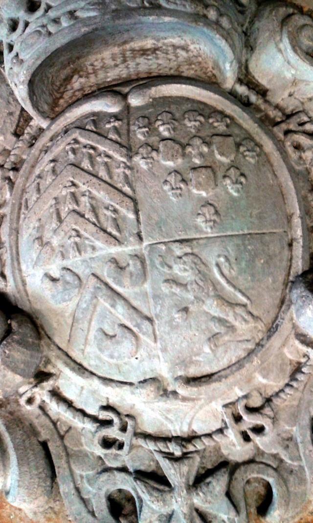 pierre sculptée avec armoiries familles Villeneuve Charbonneau DesNOS de la Gueriniere Pierre12