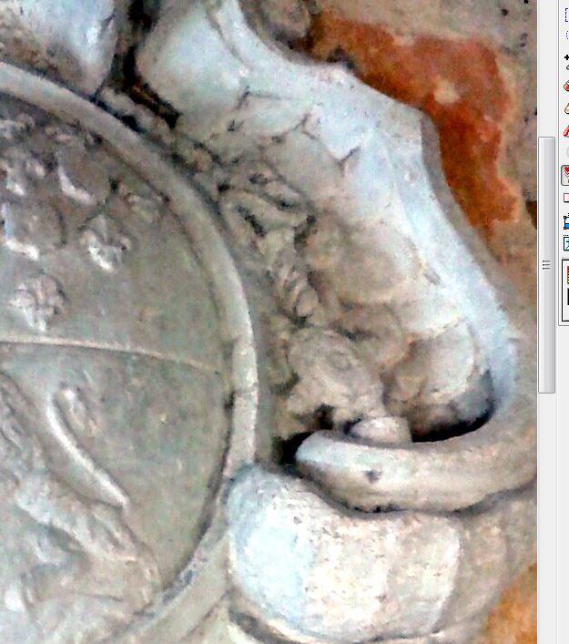 pierre sculptée avec armoiries familles Villeneuve Charbonneau DesNOS de la Gueriniere Pierre16