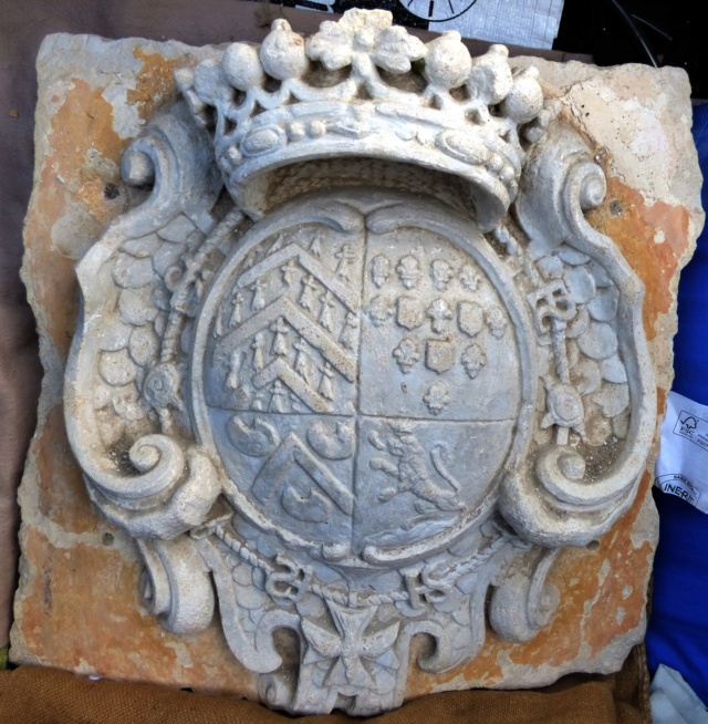 pierre sculptée avec armoiries familles Villeneuve Charbonneau DesNOS de la Gueriniere Pierre17