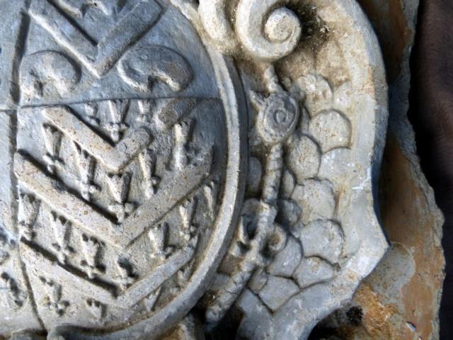 pierre sculptée avec armoiries familles Villeneuve Charbonneau DesNOS de la Gueriniere Pierre18