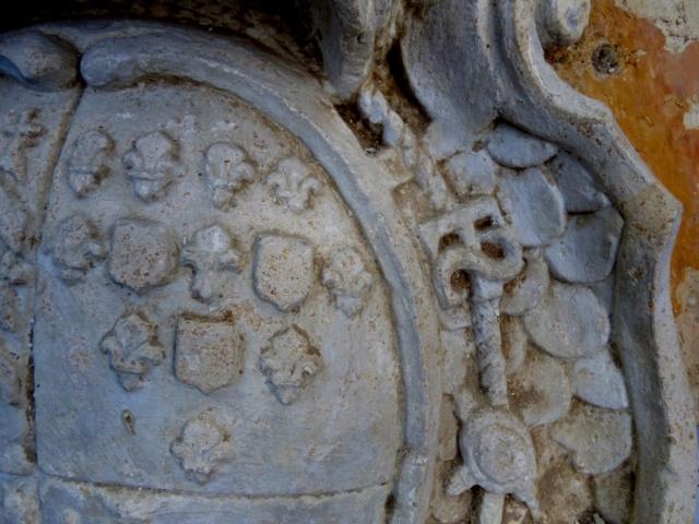 pierre sculptée avec armoiries familles Villeneuve Charbonneau DesNOS de la Gueriniere Pierre19