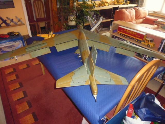 Boeing B52H ech 1/32 réalisé en bois et carton P1000221