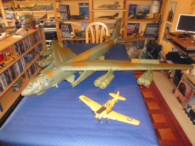 Boeing B52H ech 1/32 réalisé en bois et carton P1000222