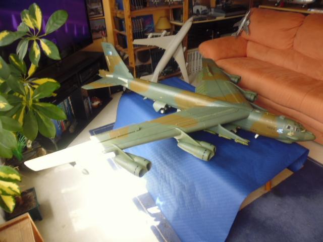Boeing B52H ech 1/32 réalisé en bois et carton P1000224