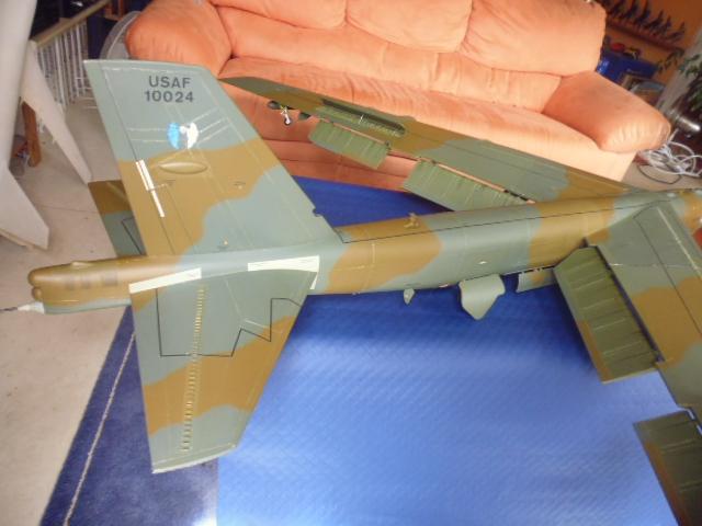 Boeing B52H ech 1/32 réalisé en bois et carton P1000230