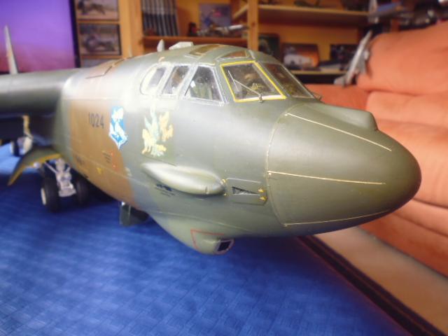 Boeing B52H ech 1/32 réalisé en bois et carton P1000233
