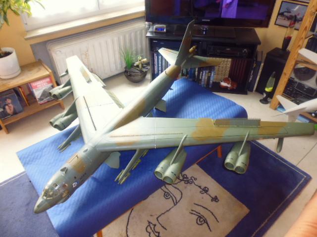 Boeing B52H ech 1/32 réalisé en bois et carton P1000234