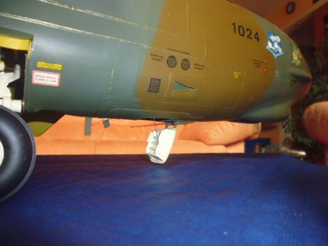 Boeing B52H ech 1/32 réalisé en bois et carton P1000235