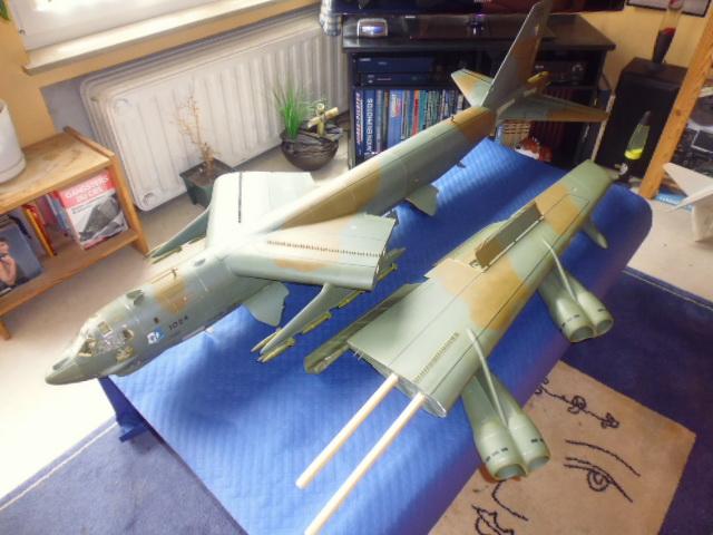 Boeing B52H ech 1/32 réalisé en bois et carton P1000237