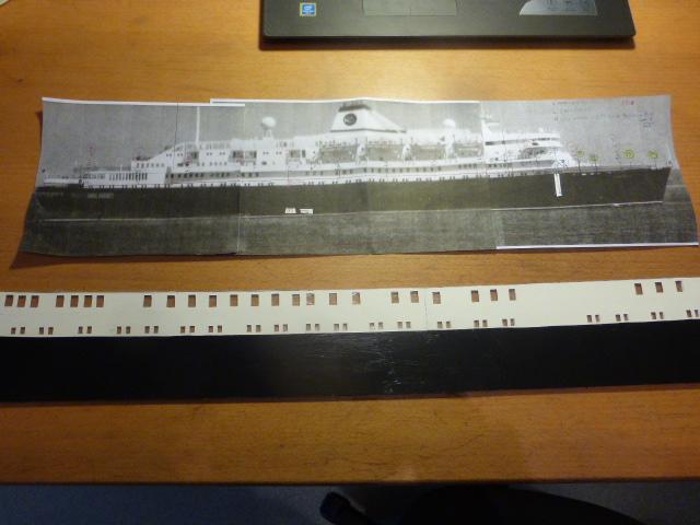 Paquebot MS Astoria au /100 ème modèle en bois et carton  P1020668