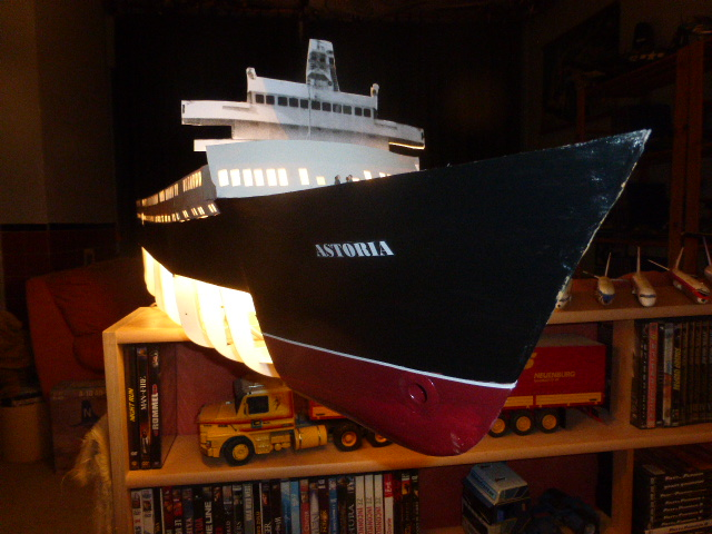 Paquebot MS Astoria au /100 ème modèle en bois et carton  P1020713