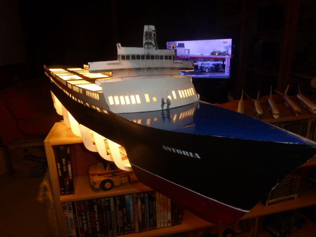 Paquebot MS Astoria au /100 ème modèle en bois et carton  P1020714