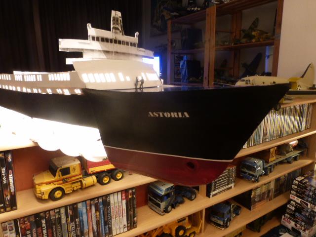 Paquebot MS Astoria au /100 ème modèle en bois et carton  P1020715