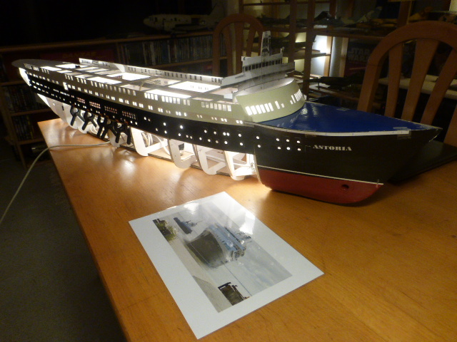 Paquebot MS Astoria au /100 ème modèle en bois et carton  P1020728
