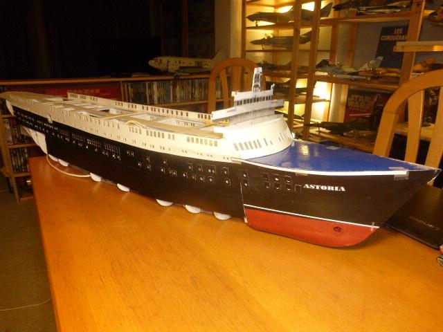 Paquebot MS Astoria au /100 ème modèle en bois et carton  P1020729